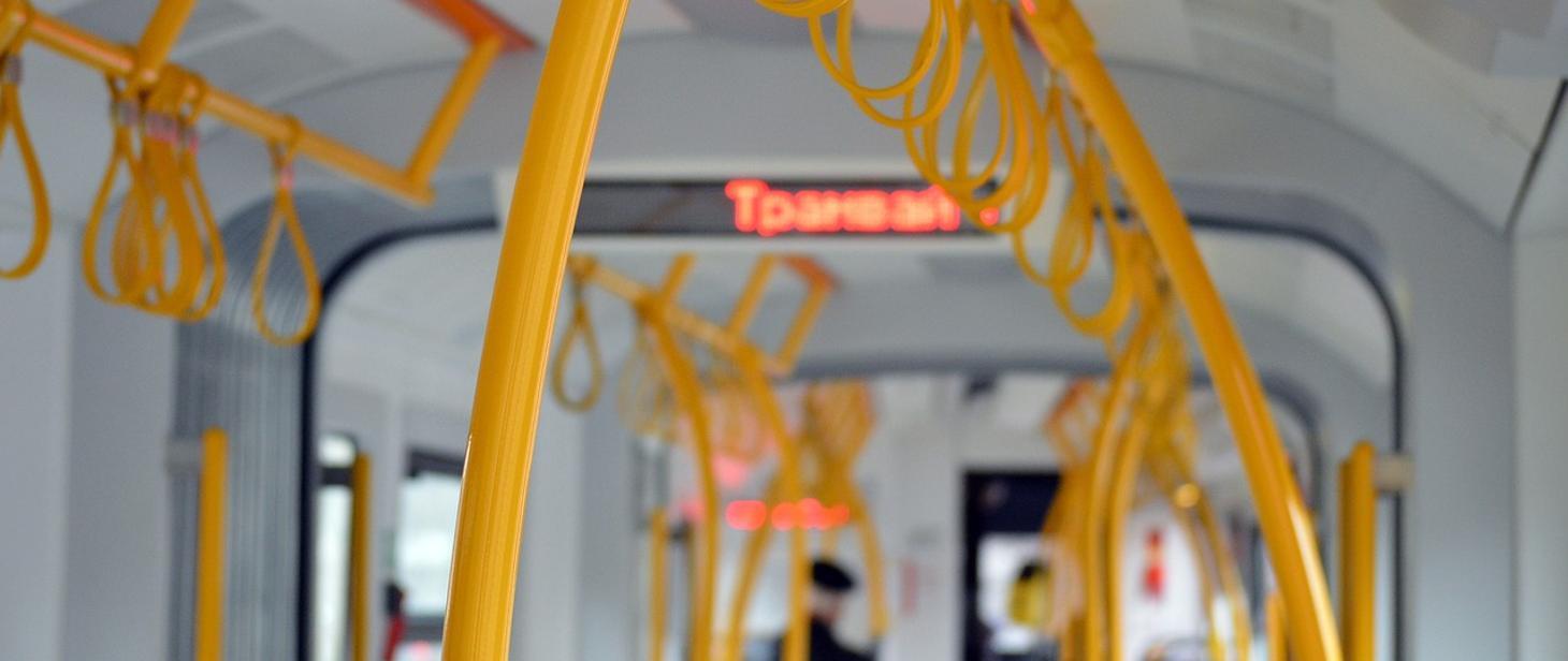 Ilustracja do informacji: Zasady bezpiecznego korzystania z pojazdów publicznego transportu zbiorowego podczas panującej epidemii COVID-19 w Polsce.